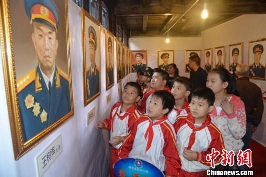 摄 -百名开国将军老红军肖像油画亮相四川旺苍红叶节 滚动