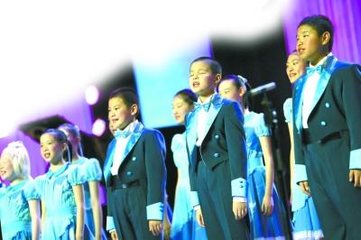 上海盲童合唱团演唱《爱是我的眼睛》 本报记者 陈 曦 摄-第十二届中