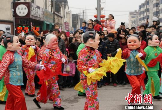 无锡传统民俗节目亮相民俗巡游活动,演员们在巡游中与市民互动。 孙权 摄