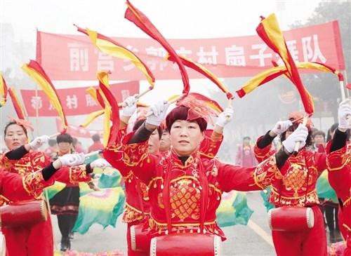 2月5日,河南省宝丰县周庄镇崔庄村秧歌队队员在表演。宝丰县举办第二十三届民间艺术大赛,来自全县13个乡镇和企业的民间艺人敲起锣鼓,扭起秧歌,欢欢喜喜闹新春。王双正摄