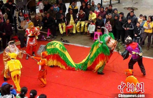 """欢乐喜庆的傩舞""""斗牛狮"""",引得现场观众阵阵喝彩声。"""