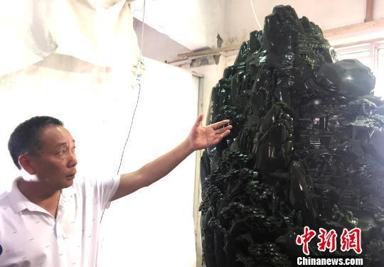 圖為重達2噸的碧玉山《松風清音》將亮相玉石雕精品博覽會。 崔佳明 攝