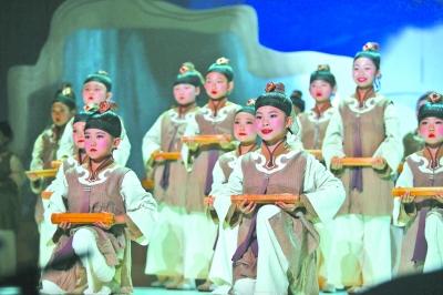 """谷建芬""""新学堂歌""""音乐会上小朋友们在演唱歌曲《三字经》 本报记者"""