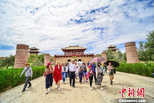 圖為遊客在敦煌陽關景區觀光遊覽。