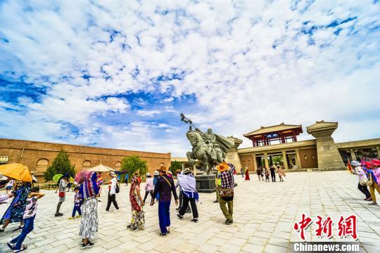 圖為海內外遊客在陽關景區體驗敦煌大漠邊塞軍旅文化,穿越古今,感受古絲綢之路時代變遷。