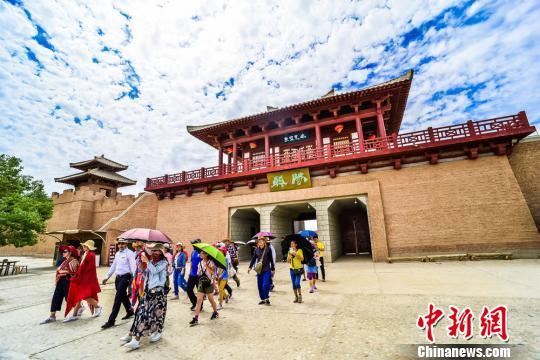 據陽關景區統計,今年截至目前,陽關景區接待中外遊客達10萬人次以上,較去年同期增長21%。