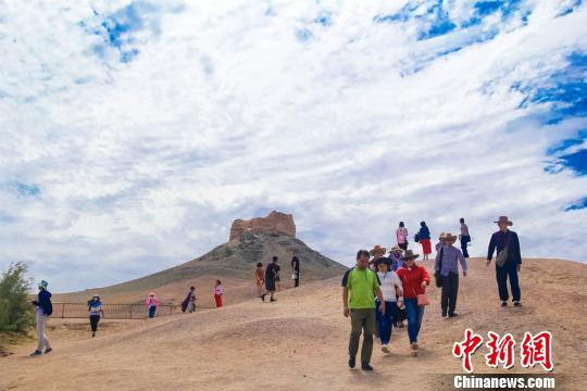 圖為遊客在陽關遺址觀光遊覽。