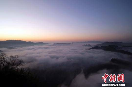 在武夷山拍雲海,最佳時間是早晨6點30分鐘左右登上山頂,這時太陽初升,是拍攝武夷雲海的好時機。  邱汝泉 攝