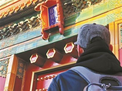 網友擔心故宮前星門鬥匾上的漢字脫落或被盜 攝影/本報記者 屈暢
