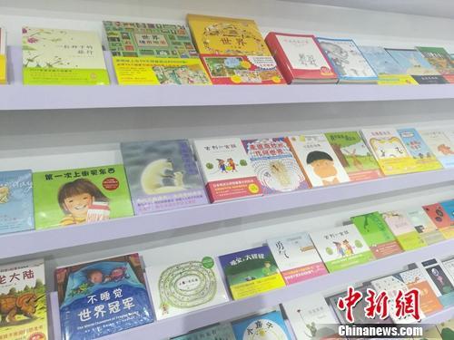 """""""愛心樹童書暢銷榜TOP50""""展架上陳列的部分書籍。上官雲 攝"""