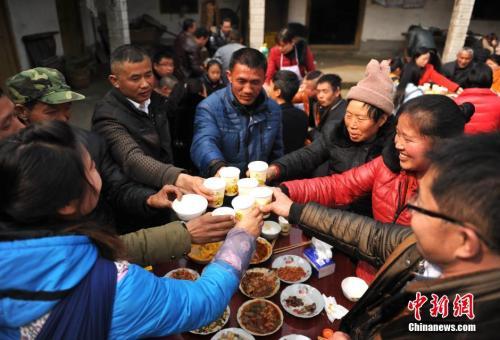 """资料图:四川农家的春节""""拜年会""""。 <a target='_blank' href='http://www.chinanews.com.lyy180.com/'>中新社</a>记者 刘忠俊 摄"""