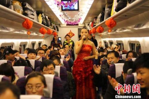 """资料图:在一列动车组列车上,上演一场由高铁乘务员自编自演的新年""""文化大餐""""。 丁顗 摄"""