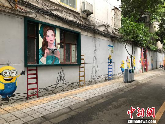 成都小巷因手繪牆走紅網路未來將成街頭藝人表演場所
