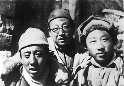 春王炜事件_1943年3月在阜平河西村工作的孙犁(左)与胡华(右),王炜(中)