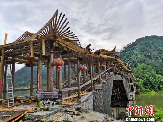 """浙南大山里的""""绘廊桥人"""":让中国廊桥在世界绽放光彩"""